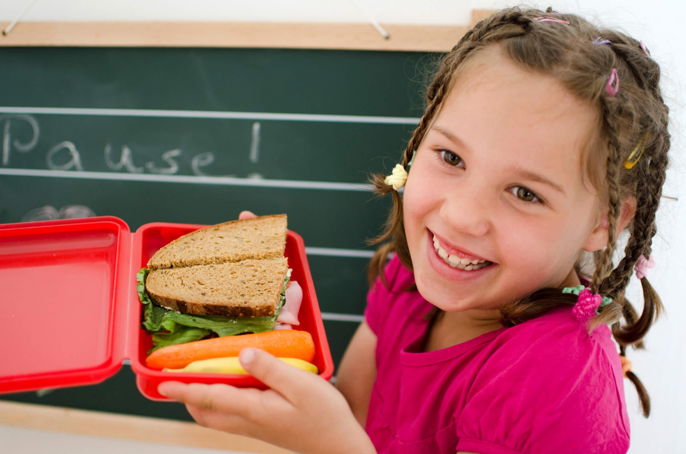 Kind-glücklich-mit-Pausenbrot-Happy-Lunchbox