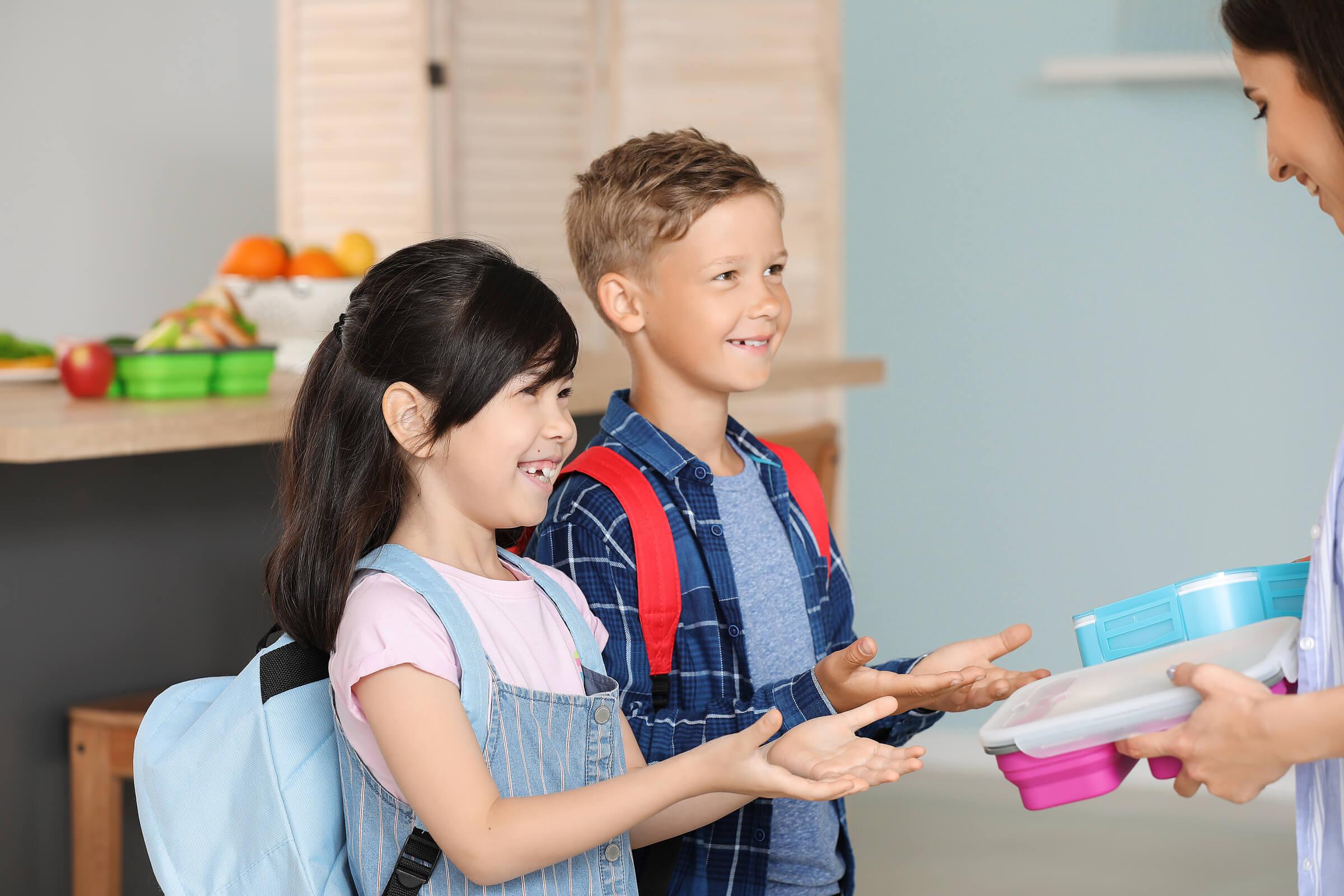 Kinder freuen sich über ihre happy lunchbox gesunde Schulbrote