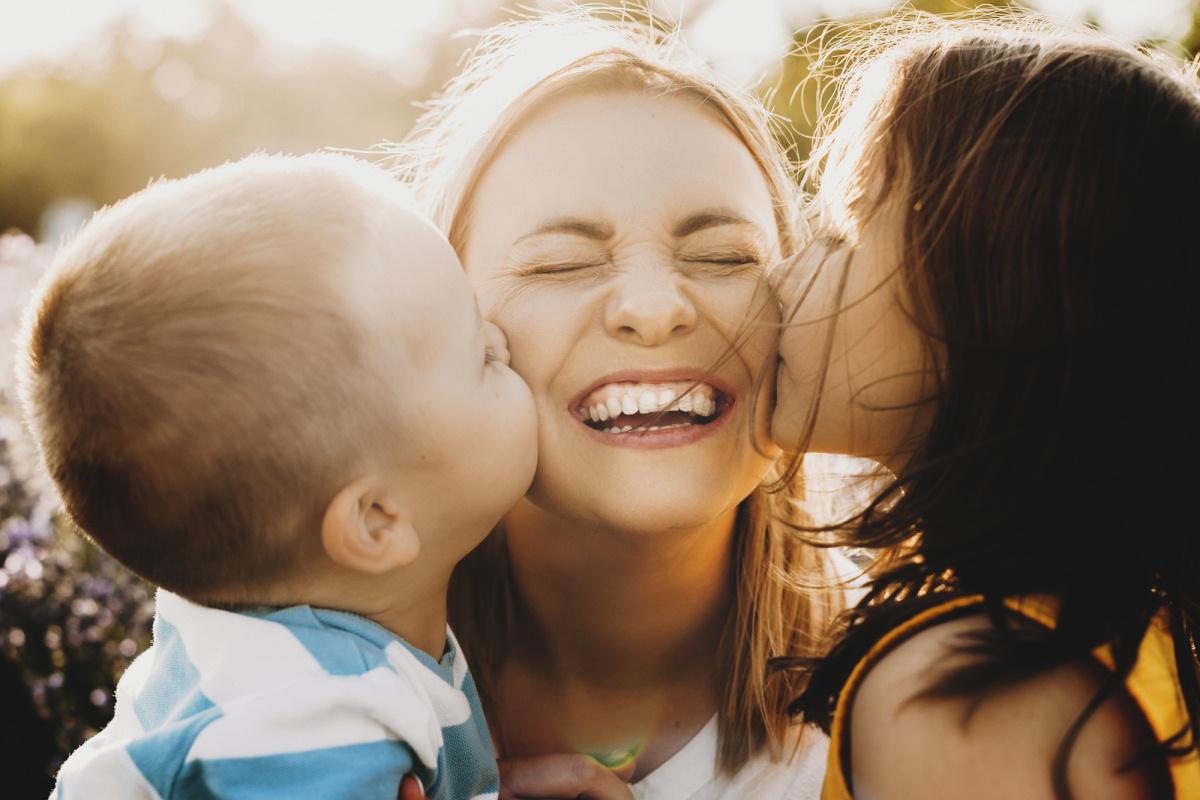 glueckliche-mama-mit-kindern