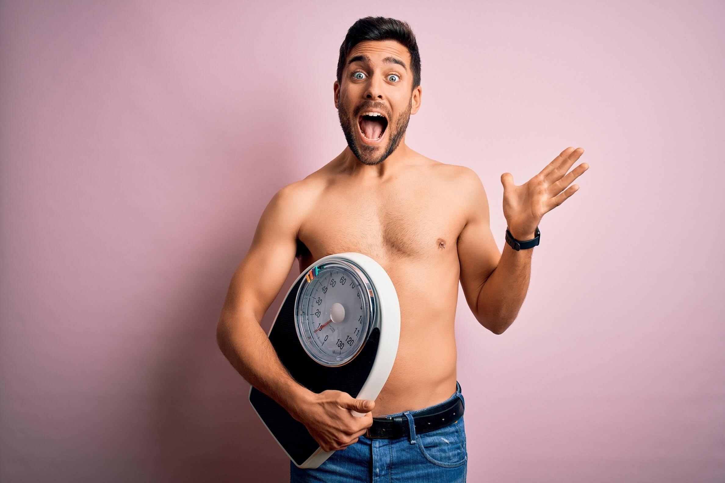 Abnehmen ohne Diät Mann ist begeistert über seine Abnahme Waage