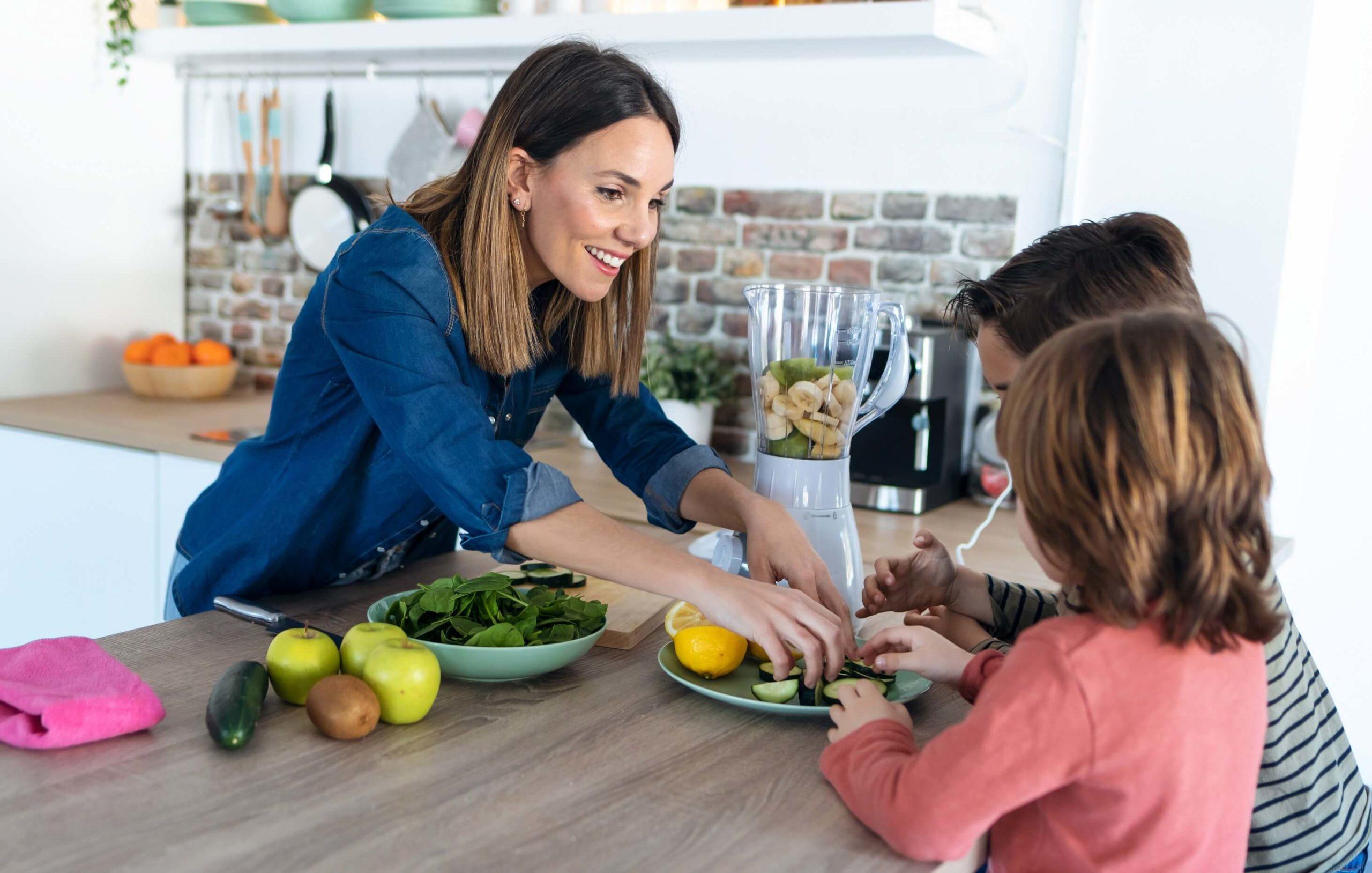 Gesunde Getränke mit Kindern zubereiten