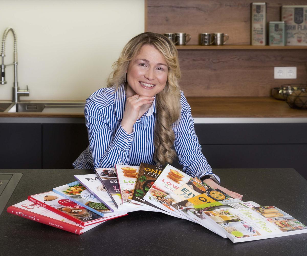 Veronika Pichl mit Bücher Autorin und Selfpublishing Expertin